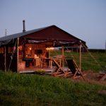 kamperen op de boerderij met boerenbed