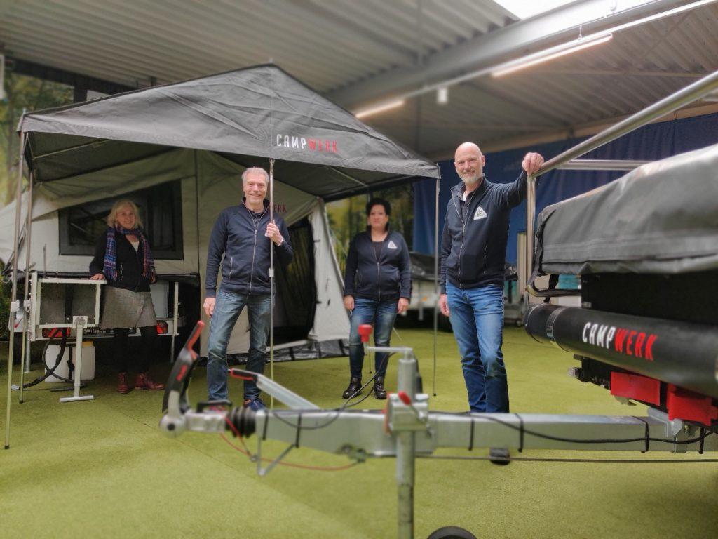 Medewerkers van Tent Trailer Center Boxtel 'de Vouwwagenspecialist' voor een deel van het assortiment van CAMPWERK