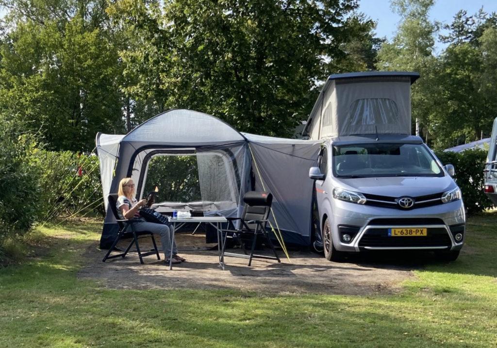 elektrische buscamper op camping